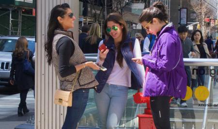 New York girls with smartphones